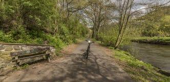 Bicicletta elettrica con il fiume di Bilina nel giorno soleggiato Fotografia Stock Libera da Diritti