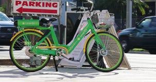 Bicicletta elettrica della calce-e in Orlando Florida U.S.A. stock footage