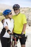 Bicicletta facente una pausa delle coppie senior Immagini Stock Libere da Diritti