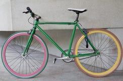 Bicicletta fissa verde dell'ingranaggio a costruzione Fotografia Stock