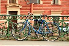 Bicicletta lasciata sul ponte fotografia stock