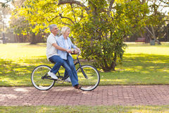 Bicicletta matura delle coppie Immagine Stock