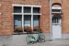 Bicicletta in mezzo alla via - Bruges, Belgio immagini stock libere da diritti