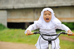 Bicicletta musulmana di guida del bambino Immagine Stock