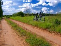 Bicicletta nella scena rurale di estate Fotografia Stock