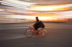 Bicicletta nella sfuocatura di movimento immagini stock libere da diritti