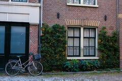 Bicicletta parcheggiata all'entrata principale a Amsterdam fotografia stock libera da diritti