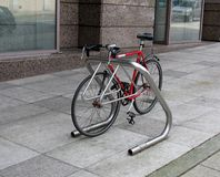 Bicicletta parcheggiata sulla via della città Immagine Stock Libera da Diritti