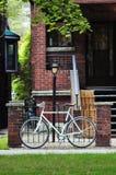 Bicicletta parcheggiata vicino al recinto d'acciaio Fotografia Stock