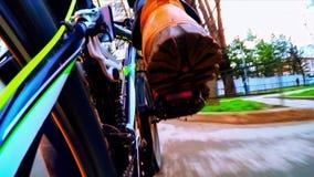 Bicicletta Rider Moving Along City Streets archivi video