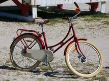 Bicicletta rossa di vecchio stile d'annata nella spiaggia fotografie stock