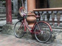 Bicicletta rossa nel tempio - Vietnam fotografia stock