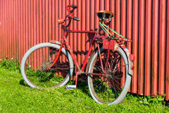 Bicicletta rossa vecchia Immagine Stock Libera da Diritti
