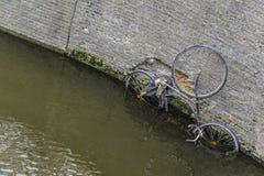 bicicletta sotto acqua immagini stock