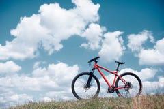 Bicicletta sul fondo del cielo blu Fotografia Stock