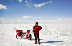 Bicicletta sul ghiaccio di Baikal, una passeggiata con una bicicletta con l'inverno Baikal fotografia stock libera da diritti