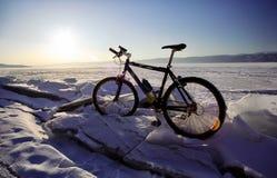 Bicicletta sul ghiaccio di Baikal, una passeggiata con una bicicletta con l'inverno Baikal immagini stock libere da diritti