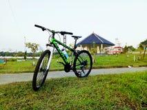 Bicicletta sull'erba Fotografia Stock Libera da Diritti