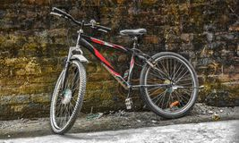 Bicicletta sulla parete immagine stock