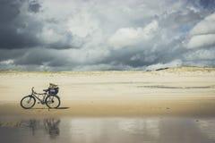Bicicletta sulla spiaggia Fotografia Stock