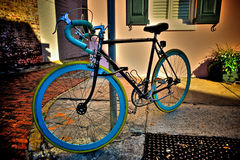Bicicletta variopinta bloccata ad una posta Immagini Stock Libere da Diritti
