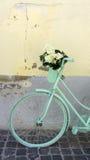 Bicicletta verde della menta con i fiori bianchi Fotografie Stock Libere da Diritti