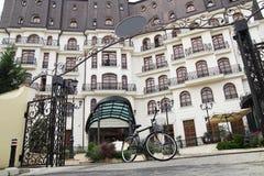 Bicicletta vicino all'hotel Fotografie Stock