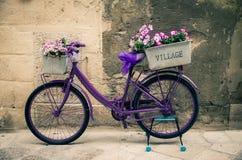 Bicicletta viola d'annata della bici con la scatola di fiori, Italia fotografie stock