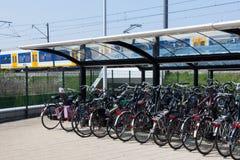 Biciclette alla stazione ferroviaria Fotografia Stock Libera da Diritti
