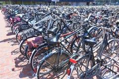 Biciclette ammucchiate che parcheggiano alla tana Haag Centraal immagine stock libera da diritti