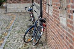 Biciclette contro la parete Fotografia Stock