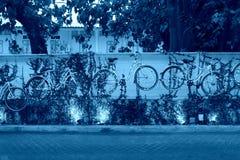 Biciclette d'attaccatura sulla parete fotografie stock libere da diritti
