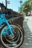 Biciclette di affitto della città parcheggiate sulla via di Chicago fotografie stock