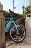 Biciclette di affitto della città parcheggiate sulla via di Chicago fotografia stock