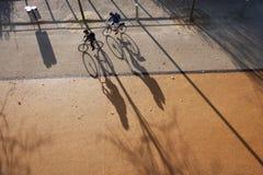 biciclette di guida adulte della donna e dell'uomo fotografia stock