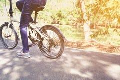Biciclette di guida del ciclista della donna fotografie stock libere da diritti