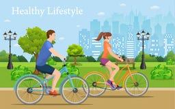 Biciclette di guida delle coppie in parco pubblico, Fotografia Stock Libera da Diritti