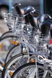 Biciclette di noleggio della città parcheggiate Fotografia Stock