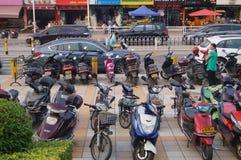 Biciclette elettriche parcheggiate nell'entrata della scuola Fotografie Stock Libere da Diritti