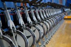 Biciclette fisse di rotazione fotografie stock