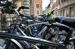Biciclette parcheggiate Immagini Stock