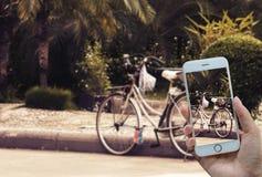 Biciclette parcheggiate al bordo della strada Fotografia Stock Libera da Diritti