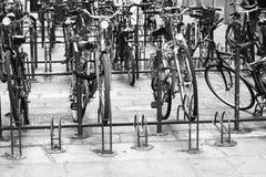 Biciclette parcheggiate annata a Bologna immagine stock