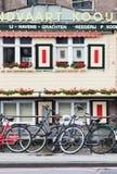 Biciclette parcheggiate contro l'inferriata, Amsterdam, Paesi Bassi Fotografia Stock Libera da Diritti
