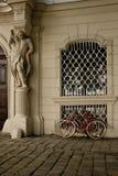 Biciclette parcheggiate a costruzione storica a Vienna fotografie stock libere da diritti