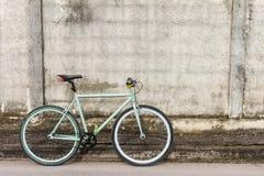 Biciclette parcheggiate dal lato di vecchia parete del cemento Fotografie Stock