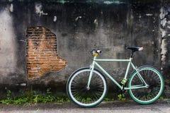 Biciclette parcheggiate fuori di vecchie pareti Fotografia Stock Libera da Diritti