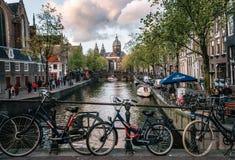 Biciclette parcheggiate lungo il ponte Canale di Amsterdam Fotografia Stock