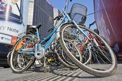 Biciclette parcheggiate nel centro urbano, Pechino, Cina Fotografia Stock