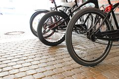 Biciclette parcheggiate sul marciapiede Parcheggio della bicicletta della bici sulla via fotografia stock